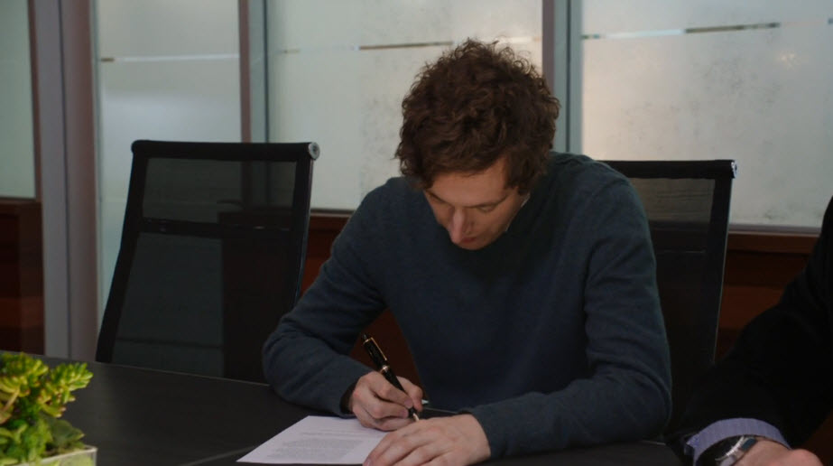 Richard from HBO's Silicon Valley signs on a contract on the season 3 finale
