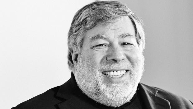 Steve Wozniak of Apple talking about headphone jacks vs bluetooth