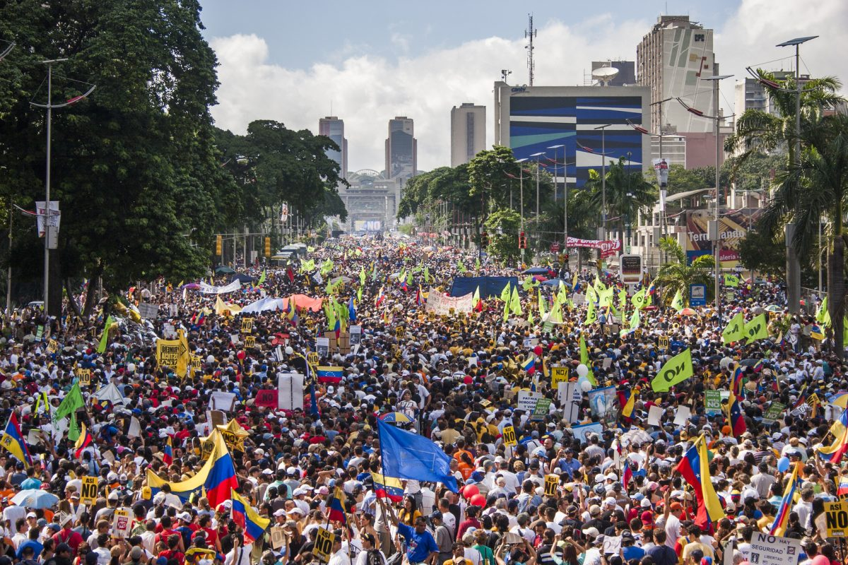 crowd protesting the Venezuela economic crisis