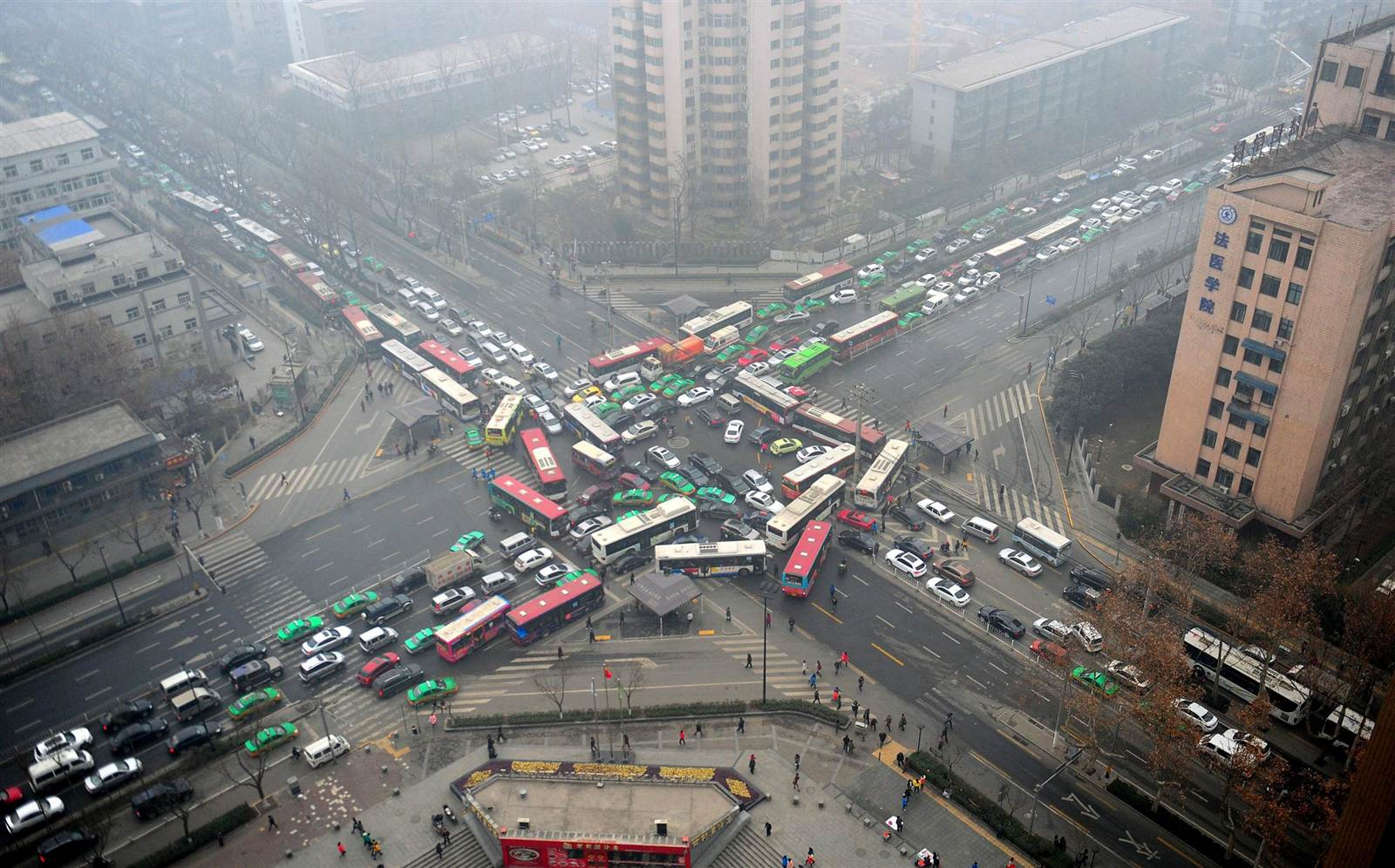 traffic jam at intersection in China that doesn't use V2I