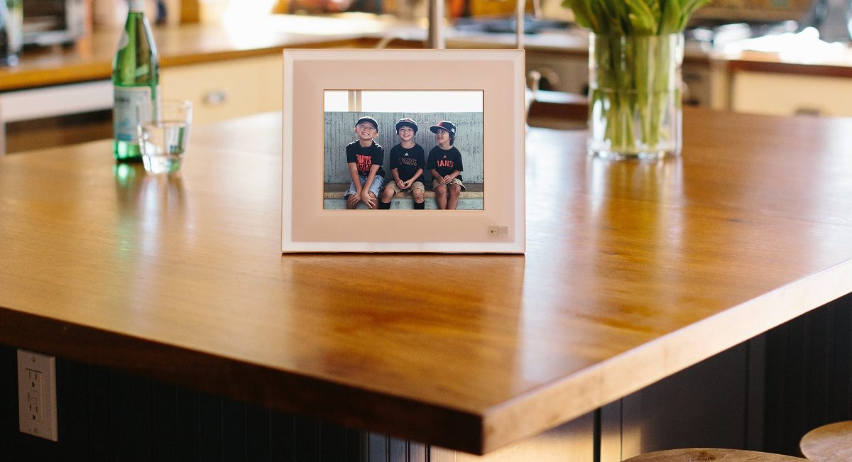 A Smart Digital Photo Frame That Automatically Picks Your Best Pics & Recognizes People