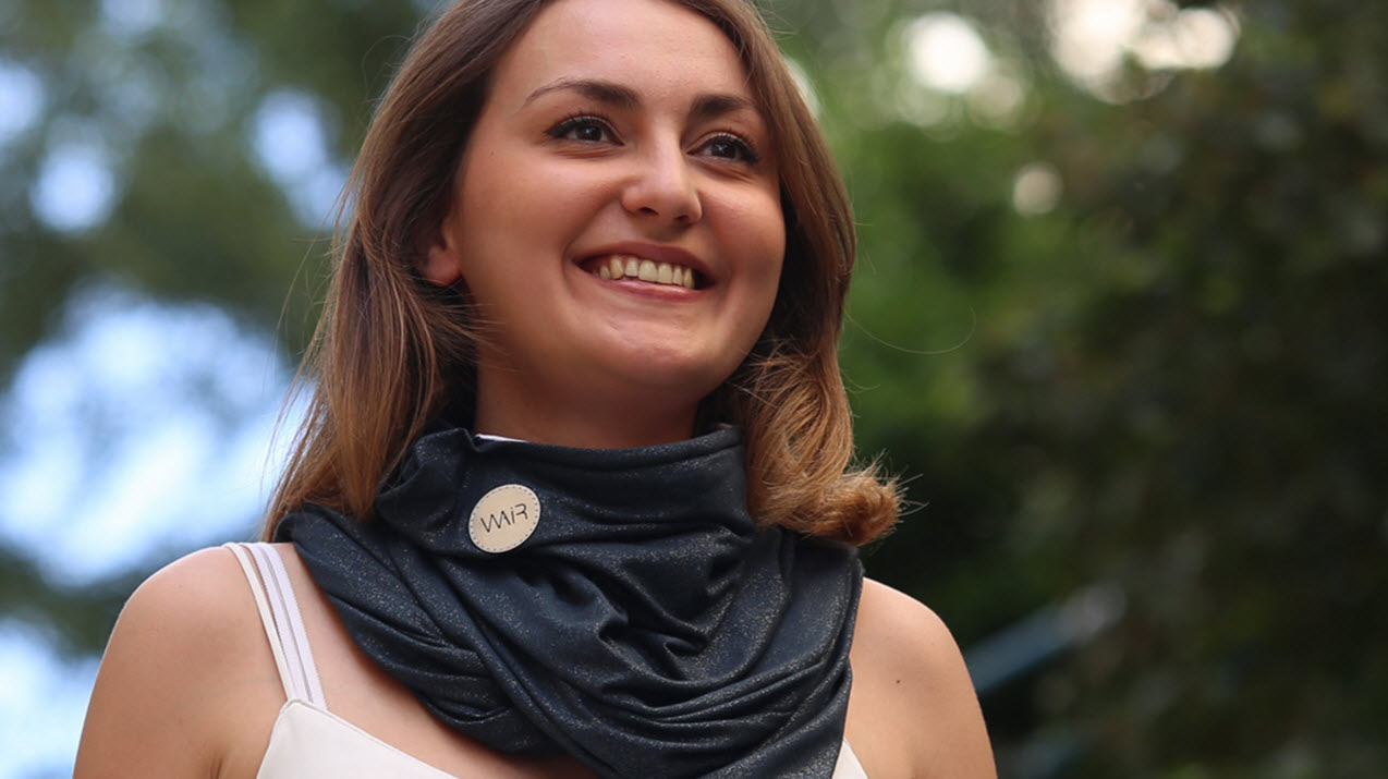 Wair anti-pollution scarf worn by a smiling women
