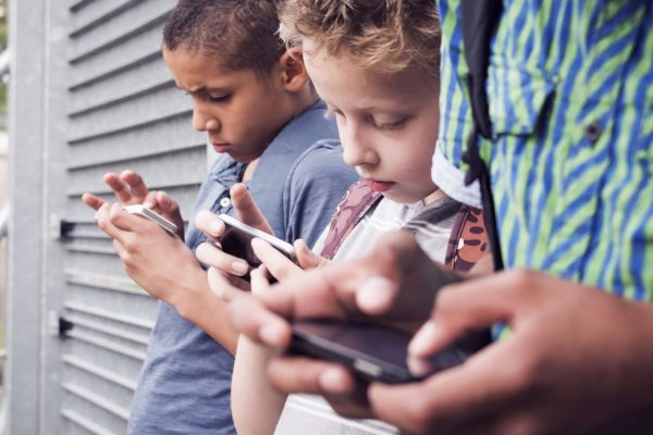 kids showing their smartphone addiction