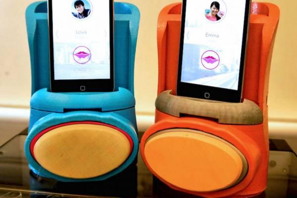 kissenger kissing app and phone dock